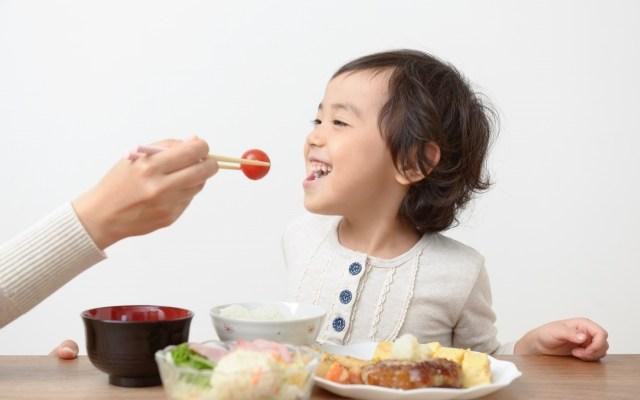 食事中の子供