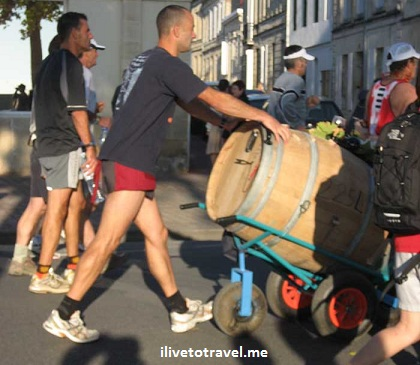 Wine barrel as a prop in the Bordeaux marathon (France)