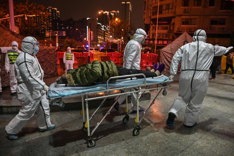 Traslado de un paciente con coronavirus, el 25 de enero, al hospital de la Cruz Roja en Wuhan (China), la ciudad donde se identificó el virus por primera vez.