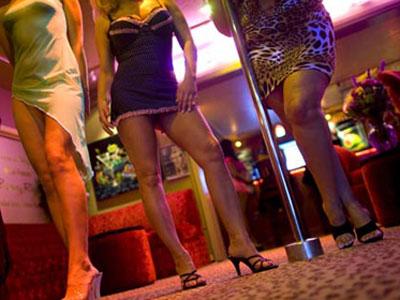 Prostitutas ejerciendo en un club, en una foto de archivo.