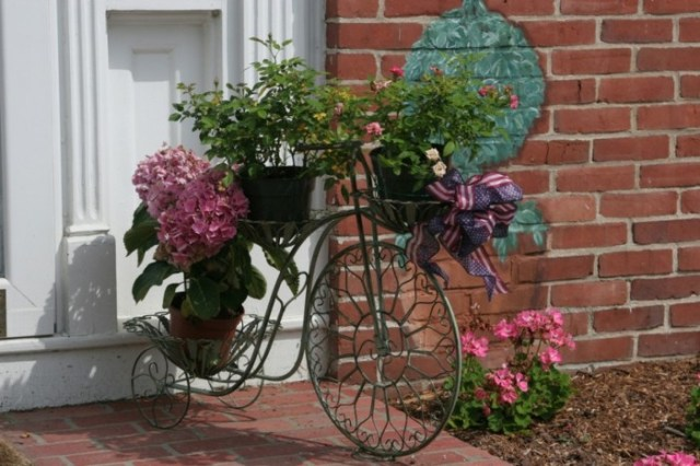 Imagenes con ideas de decoracion para el jardin reciclando bicicletas - Bicicleta macetero ...