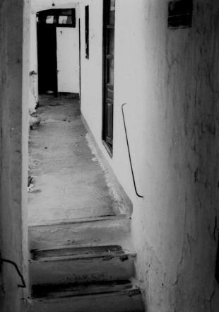 POSADA DE VISTAHERMOSA, LUCENA. (YA DESAPARECIDA). PASILLO DE LOS DORMITORIOS. AÑO 1981. (FOTO REALIZADA POR PAQUITA RAMIREZ QUINTERO)