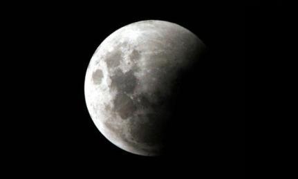 Astrônomo explica que a lua vai passar pela sombra mais clara projetada pela Terra, chamada de penumbra / Foto: Beto Figuêiroa/ Acervo JC Imagem