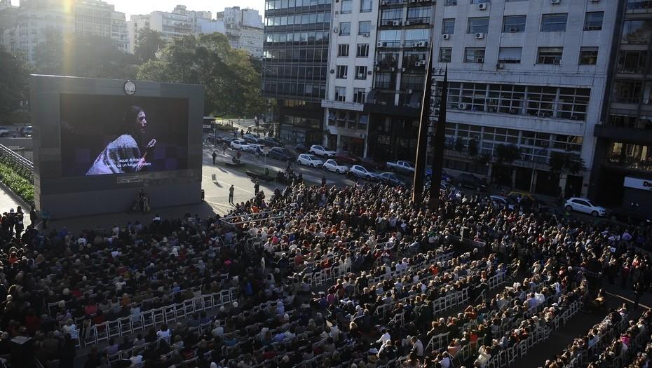 Opera en vivo y al aire libre: una multitud junto al Colón para ver La Traviata