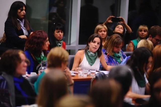 Varias diputadas lucieron pañuelos verdes, símbolo de la despenalización.