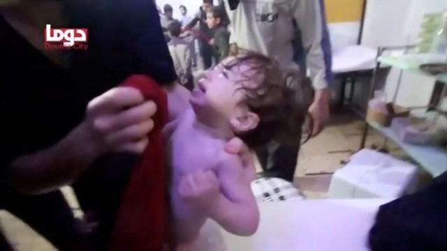 Capturas de un video que circuló el fin de semana mostraron a muchos niños víctima del supuesto ataque con gas en Douma. / Reuters