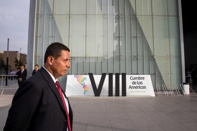 Miembros de la seguridad vigilan las inmediaciones del Centro de Convenciones de Lima donde se efectuará la VIII Cumbre de las Américas. (EFE/MIGUEL GUTIÉRREZ)