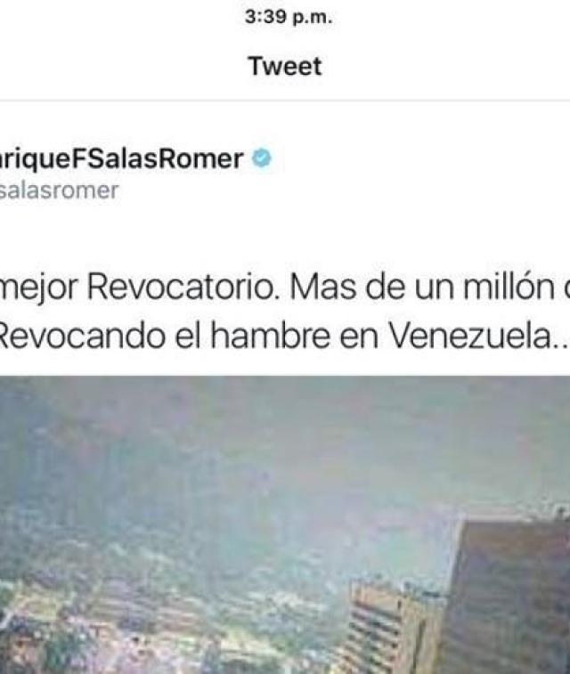 Captura del tuit de Henrique Salas Romer, que adjudica la imagen de Corea del Sur a una manifestación a favor del revocatorio del gobierno venezolano.