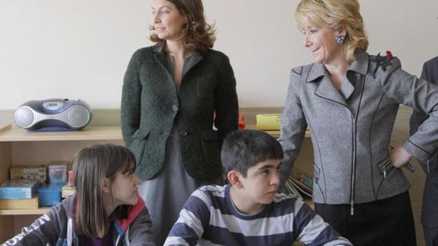 Esperanza Aguirre en un acto junto a Lucía Figar.