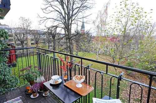 Balcón con pequeña mesa colgante