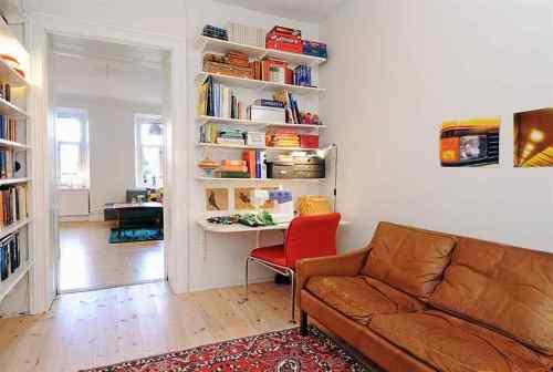 Vista principal de la home office con sillón y escritorio