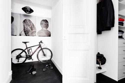 Living con paredes blancas y pisos negros