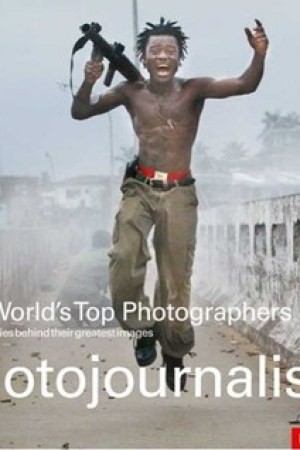 Reading books The World's Top Photographers Photojournalism: And the Stories Behind Their Greatest Images