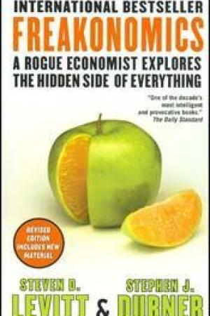 Reading books Freakonomics: A Rogue Economist Explores the Hidden Side of Everything (Revised Edition Includes New Material)