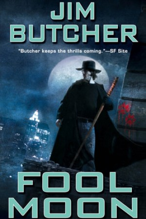 Reading books Fool Moon (The Dresden Files, #2)