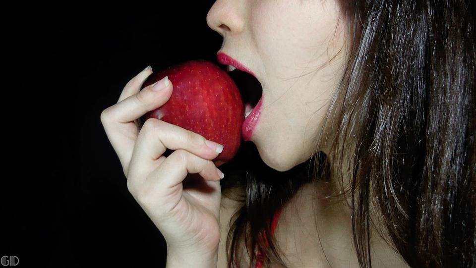 A Woman buys two iPhones for $1,300 but gets only apples