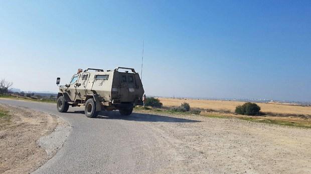 IDF veículo blindado na rota para o local do acidente