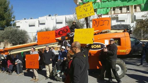 Manifestantes protestam em favor dos colonos de Amona fora do escritório do primeiro ministro (foto: a luta para Amona) (Foto: Mateh Amona)