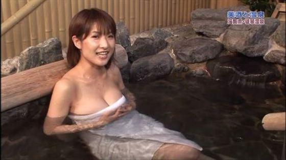 【温泉キャプ画像】温泉番組で女性たrんとが出てくると必ずオッパイ半分出して出てくるよなw 12