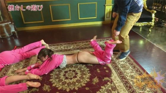 【お宝エロ画像】ケンコバが大根抜きゲームやってて美女のズボン脱がしまくってTバックのお尻が丸出しになってるw 04
