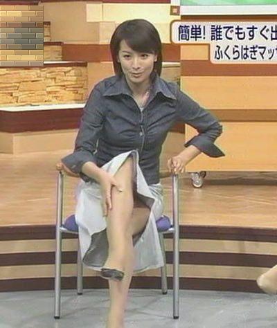 【パンチラキャプ画像】ミニスカ履いてスカートの中身が見えちゃってるタレント達w 03