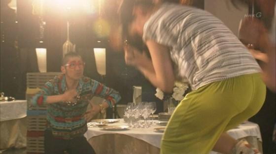 【お尻キャプ画像】ピッチリしたズボン履いてお尻のライン強調しまくりの女子アナやタレント達w 06