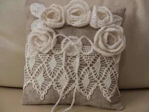 декор подушки вязанием