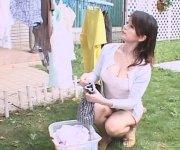 【ぱんちらひとずま】人妻のパンチラ無料おばさん動画。洗濯中の人妻主婦の溢れそうな胸の谷間やパンチラに悩殺!