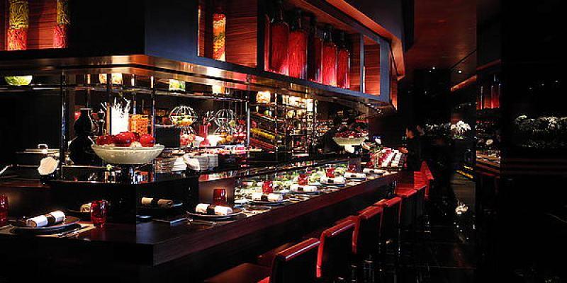【台北】L'ATELIER de Joël Robuchon 侯布雄法式餐廳;黑與紅極致美麗的強烈色調。