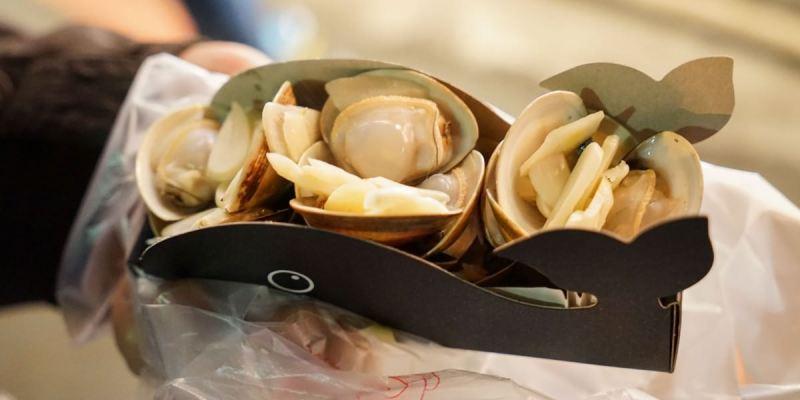 逢甲夜市海邊小屋 逢甲超夯散步美食,飽滿新鮮乾燒蛤蜊,加入黑蒜片風味更鮮美。