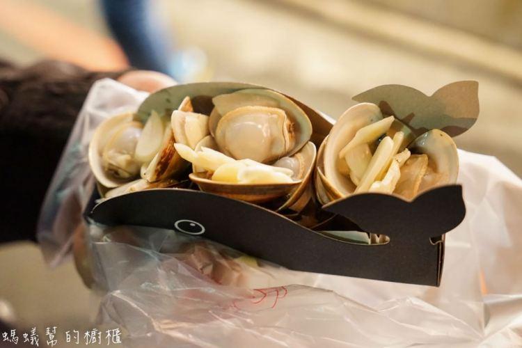 逢甲夜市海邊小屋 | 逢甲超夯散步美食,飽滿新鮮乾燒蛤蜊,加入黑蒜片風味更鮮美。