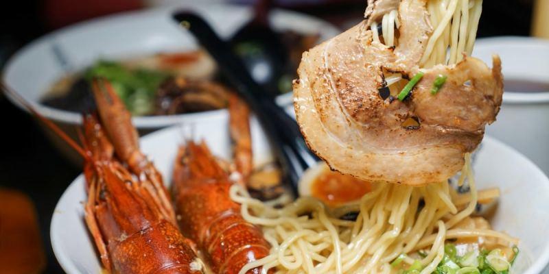 海老麵場公園場|台中海味拉麵推薦!深夜級強棒美食,品嚐Q彈小龍蝦跟炙燒叉燒口感。