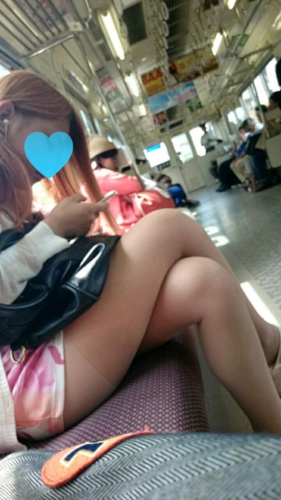 電車でミニスカ美脚を見せつけてくる素人娘って無防備で盗撮し放題だなwwwww(画像あり)