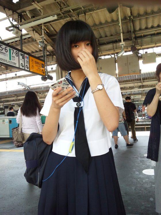 【現役10代小娘盗撮エロ画像】駅ホーム・電車内とか至近距離で盗撮するやつ勇気ありすぎだろwww目あってるだろwww