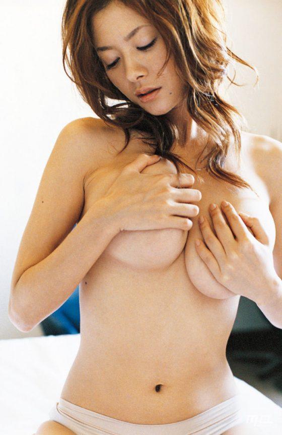 【H,エロ画像】お乳ムギュっと手ブラが妙にえろくてビビるwwwwwwwwwwwwwww