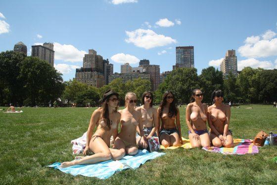 海外では休日は全裸ヌードで過ごす基地外集団がいるらしいwwwww(画像あり)