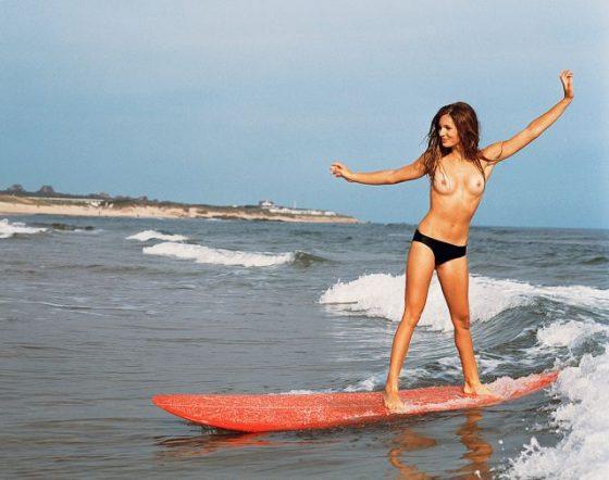 なぜ全裸?サーフィンしてる外国人女性がただの露出狂でワロタwwwww(画像あり)