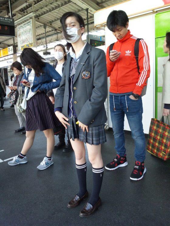 駅ホームで見る処女で間違いなしな女子高生の盗撮エロ画像!