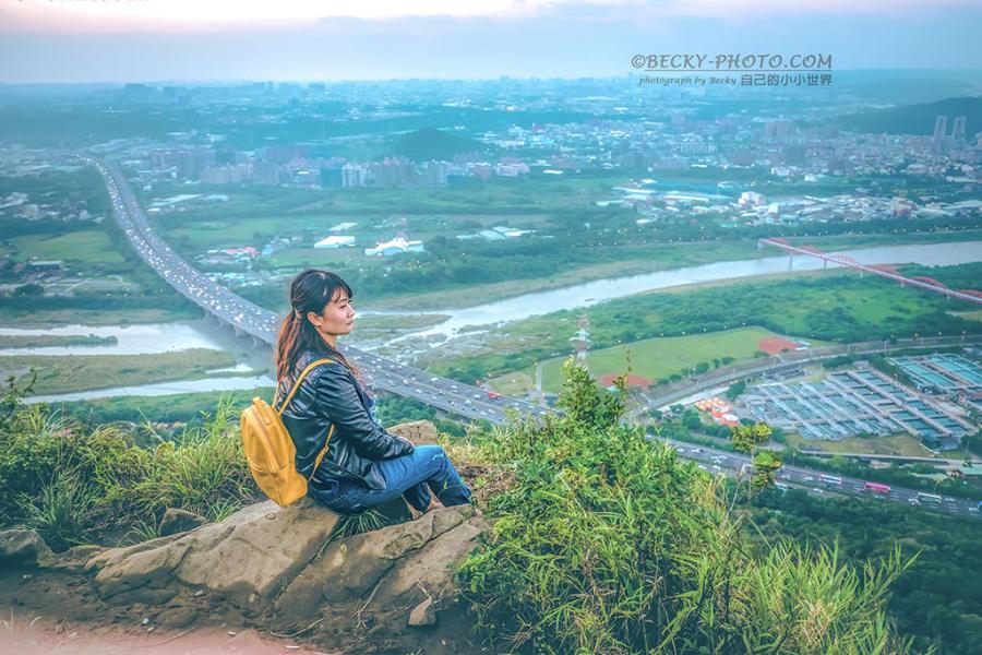 【新北】。三峽日落夜景 鳶山巨石腳下看國道!鳶山登山步道紀念鐘