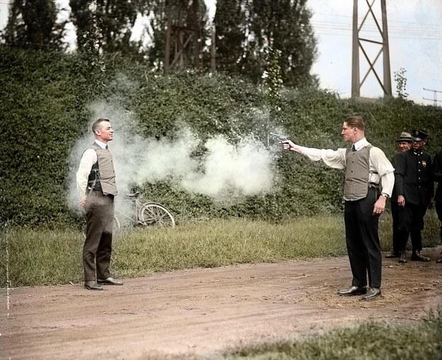 W.H. Murphy y su miembro demostrando su chaleco antibalas en 1923.