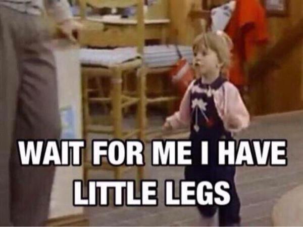 Marcher aux côtés d'un ami de petite taille:
