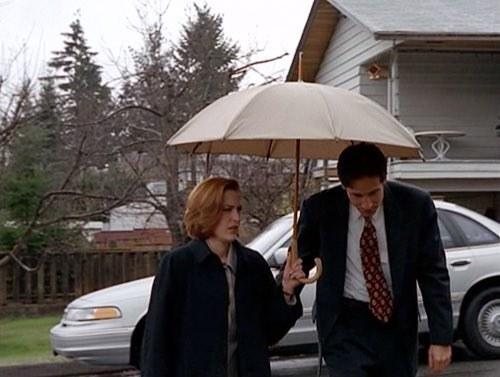 Marcher à côté d'une personne tenant un parapluie: