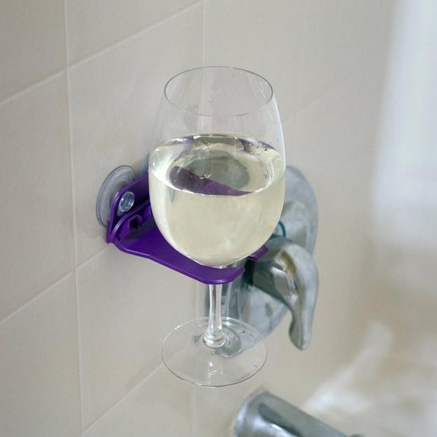 Este sujetador de vino, para que puedas gozar realmente de tu ducha.