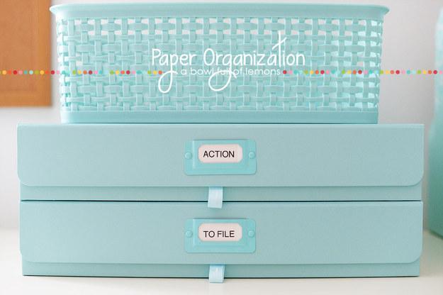 """Ten una caja o canasta de """"acción"""" para ayudarte a controlar tus facturas y otros documentos."""