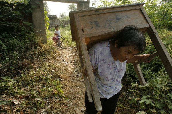 Wang Ziqi's grandmother is carrying the desk on her shoulders.