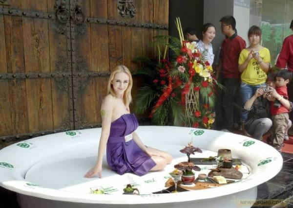 A Lithuanian model was posing in a big plate.