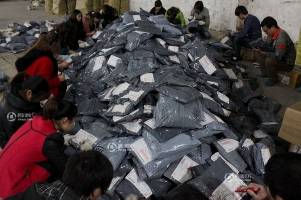 Workers of an express company in Hefei are sorting out the parcels.