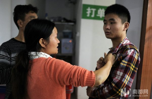 Jiang is grabbing a supermarket employee and claiming that he had beaten her.