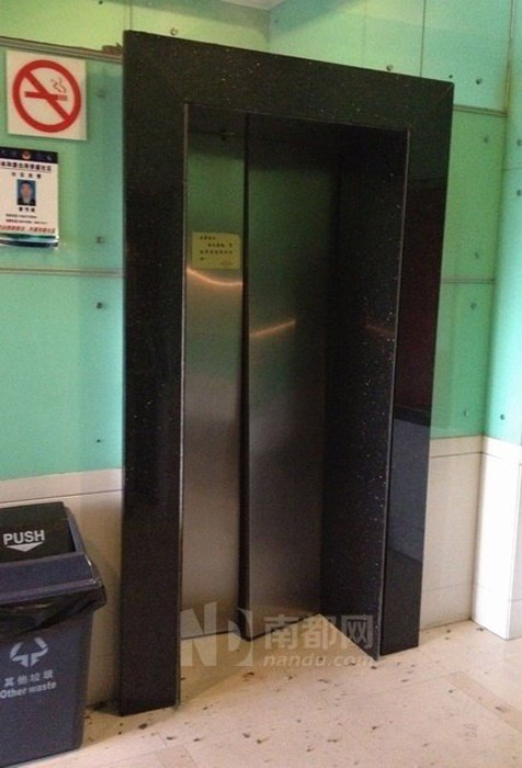 An elevator with a deformed door in a Tianhebei Road Dushi Huating Community apartment building following an explosion caused by a labor dispute.