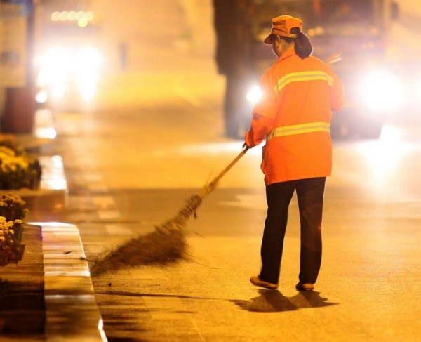 Yu Youzhen is sweeping the street.